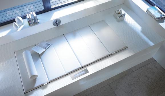 une baignoire qui fait lit d 39 appoint. Black Bedroom Furniture Sets. Home Design Ideas