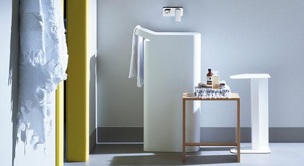 Ambiance de salle de bains avec un lavabo totem rectangulaire blanc