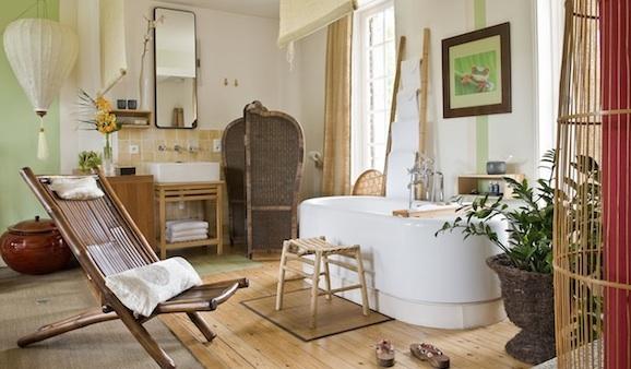 une salle de bains japonaise et ouverte sur la chambre