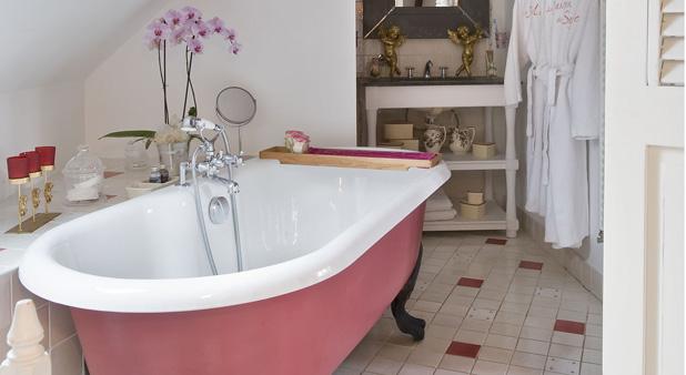 une salle de bains r tro color e. Black Bedroom Furniture Sets. Home Design Ideas