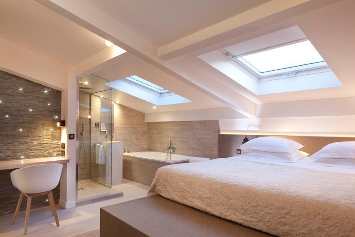 3 salles de bains d h tel ouvertes sur la chambre for Salle de bain comble photo