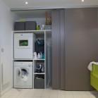 Une douche et un lave-linge cachés derrière des portes coulissantes