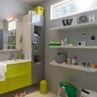 Une salle de bains équipées de nombreux rangements