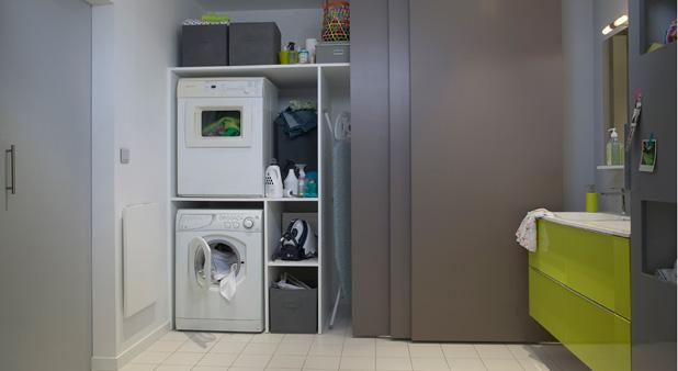 3 portes coulissantes ferment la douche et cachent la buanderie