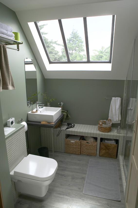 Une salle de bains sous les toits, vue du point d'eau et des toilettes