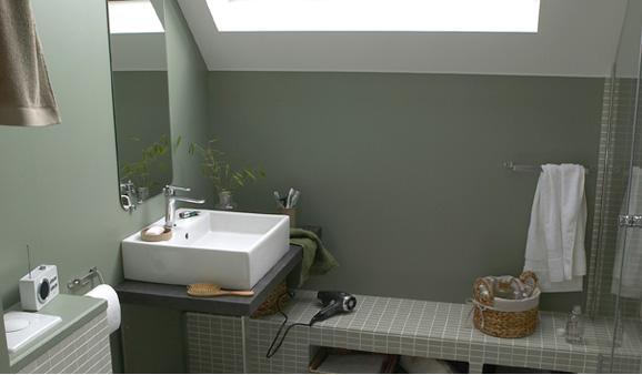 Une salle de bains sous les toits, habillée de mosaïque gris vert