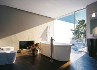 Un sol en bois, des murs peints et une baignoire îlot, collection Starck 1 de Duravit (robinetterie chez Axor-Hansgrohe). une salle de bains de style naturel