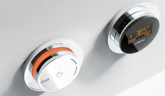 Séparée du corps du robinet, la commande électronique peut être installée à distance, sur un mur par exemple. Multiplex Trio de Viega.