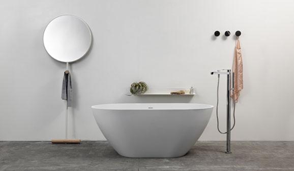 Imaginé par Luis Arrivillaga et fabriqué par Ex.t, le miroir Giulietta s'adosse au mur et, avec sa petite patère en bois, permet de suspendre une serviette dans la salle de bains ou un vêtement dans l'entrée ou la chambre. Acier et bois brut. 520 € TTC, sur Lovely-market.com.