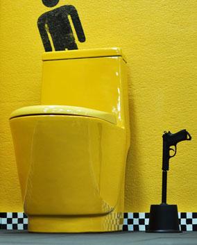 Toilettes équipées de WC de couleur jaune