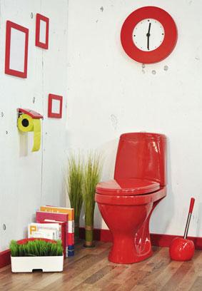 Toilettes avec un WC en couleur rouge