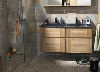 , cette salle de bains associe un carrelage et une mosaïque imitant l'ardoise et un meuble en MDF plaqué frène
