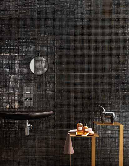Une salle de bains noire grâce au carrelage mural, en fausse mosaïque