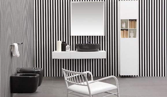 Salle de bains dont les murs sont habillés de fines rayures verticales alternant le noir et blanc
