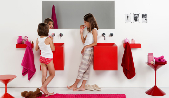 Proposée en huit couleurs, la vasque Kubo de Boing est en polyuréthane flexible.