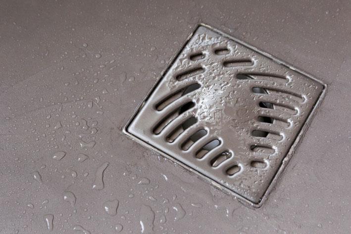 Gros plan sur un sol de douche en béton décoratif