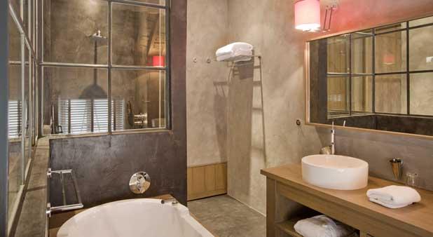 Exemple d'une salle de bains entièrement habillée de béton décoratif beige
