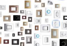De nombreuses Plaques de commande de WC affihées au mur comme des tableaux