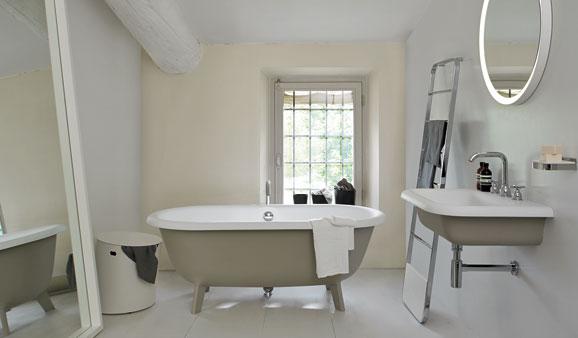 Des baignoires lots adapt es aux petites salles de bains for Baignoire ilot petit format