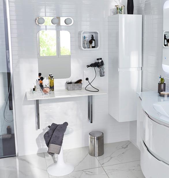 pourquoi pas une vraie coiffeuse dans la salle de bains. Black Bedroom Furniture Sets. Home Design Ideas