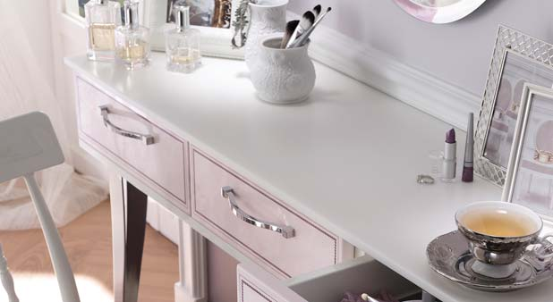 4 solutions pour offrir une coiffeuse sa salle de bains. Black Bedroom Furniture Sets. Home Design Ideas
