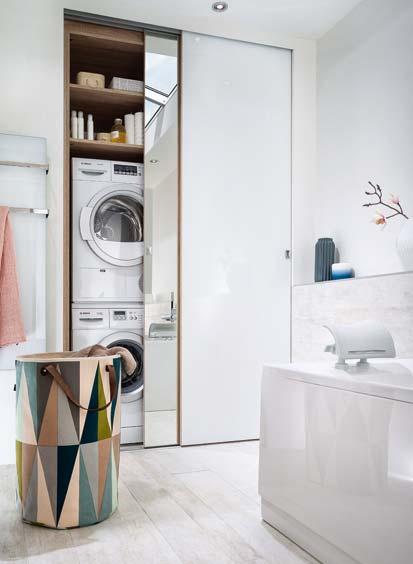 Une salle de bains qui combine rangements et buanderie for Placard pour buanderie