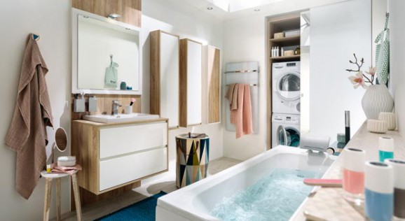 Une salle de bains qui bine rangements et buanderie