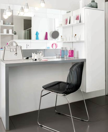 et pourquoi pas une vraie coiffeuse dans la salle de bains styles de bain. Black Bedroom Furniture Sets. Home Design Ideas