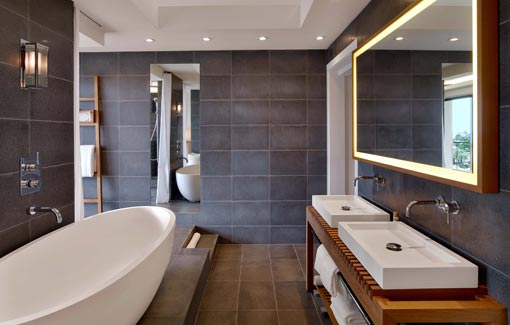 Dans la salle de bains une estrade cache les canalisations for Photo salle de bain avec baignoire ilot
