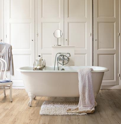 Salle de bains avec sol stratifié Quick-Step Impressive