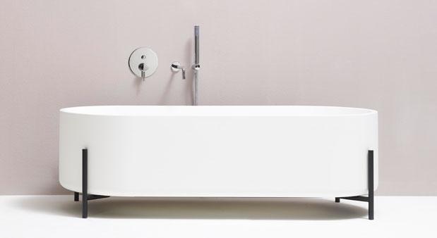pos e sur un cadre m tallique la baignoire est en l vitation. Black Bedroom Furniture Sets. Home Design Ideas