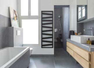 salle de bains avec sèche-serviettes électrique noir