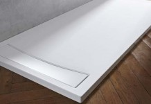 un receveur de douche en acrylique blanc brillant