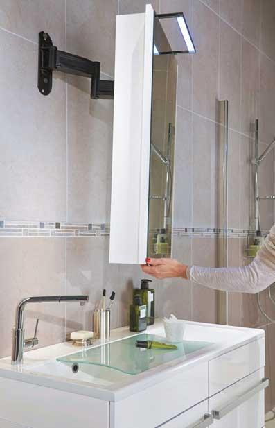 Le miroir orientable du meuble de salle de bains Concept Care de lapeyre pour personnes agées