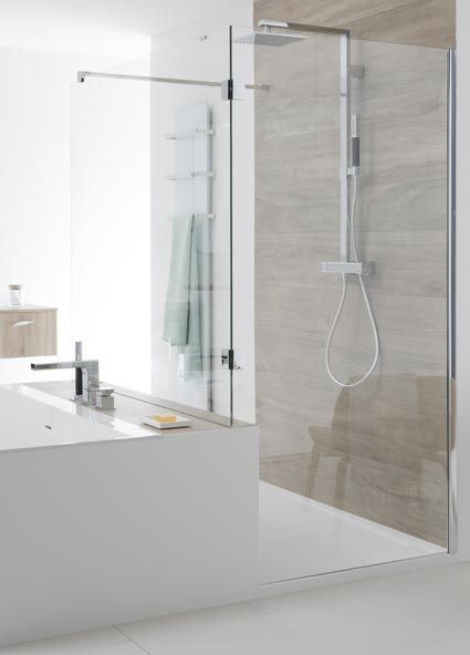 Agencer une salle de bains avec une douche et une baignoire for Agencer une salle de bain
