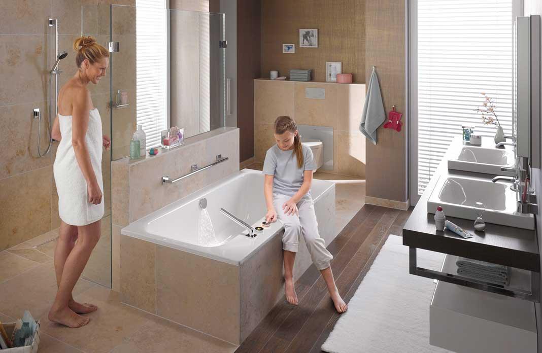 Agencer une salle de bains avec une douche et une baignoire for Baignoire de salle de bain