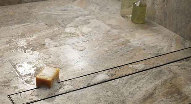 douche à l'italienne : gros plan sur le caniveau