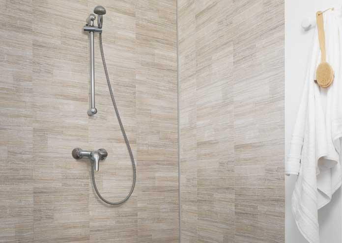 Des Lames De PVC Pour Habiller Les Murs De La Salle De Bain - Panneau mural salle de bain imitation carrelage