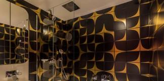 Des motifs et couleurs dans la salle de bains