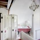Salle de bains ouverte sur la chambre, vue depuis le lit