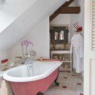Une salle de bains rétro colorée