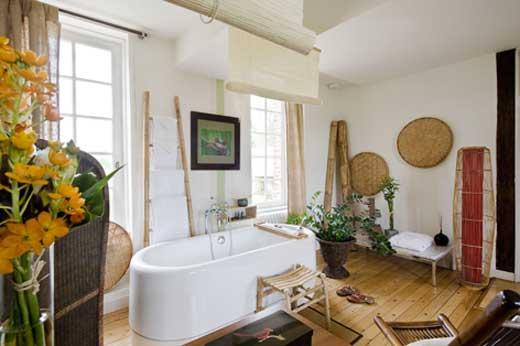 une salle de bains japonaise et ouverte sur la chambre. Black Bedroom Furniture Sets. Home Design Ideas