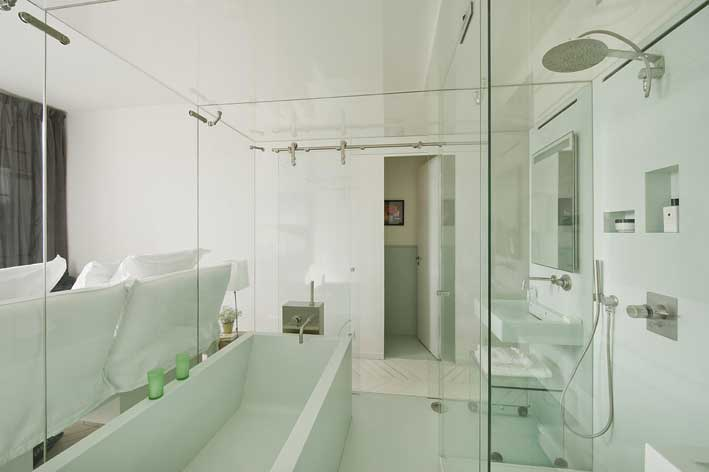 Une salle de bains dans un bo te en verre - Creer une salle de bain dans une chambre ...