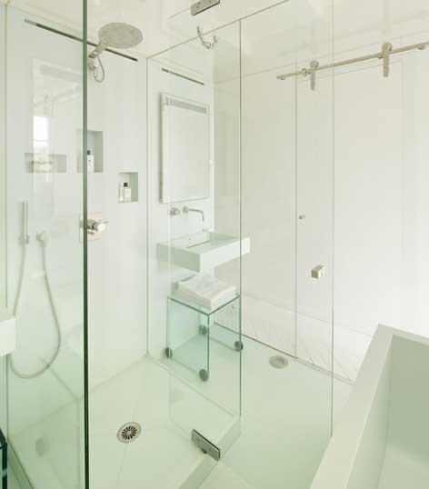 une salle de bains dans un bo te en verre. Black Bedroom Furniture Sets. Home Design Ideas