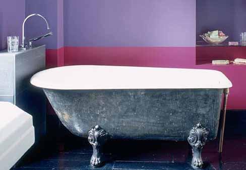 Un soubassement dans la salle de bain, simplement peint.