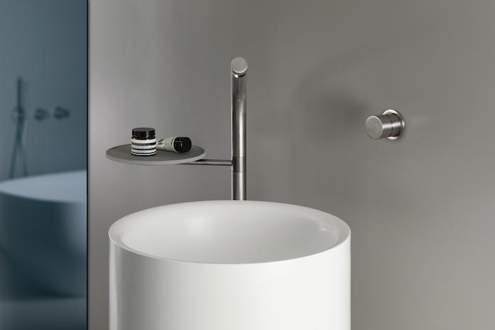 lavabo avec mitigeur intégrant une tablette