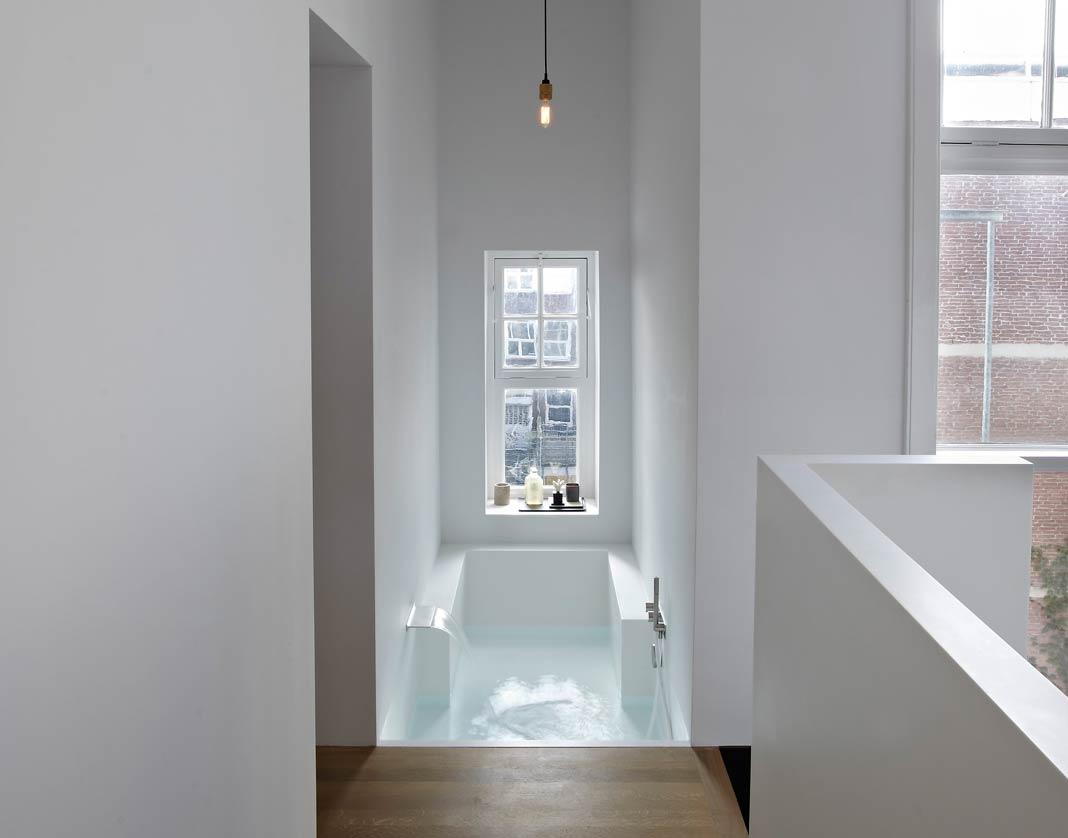 Une suite parentale et sa salle de bains en solid surface for Salle bain ouverte chambre