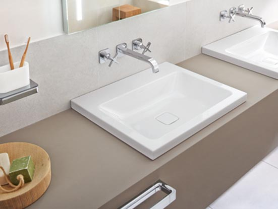 Une salle de bains qui regarde la nature