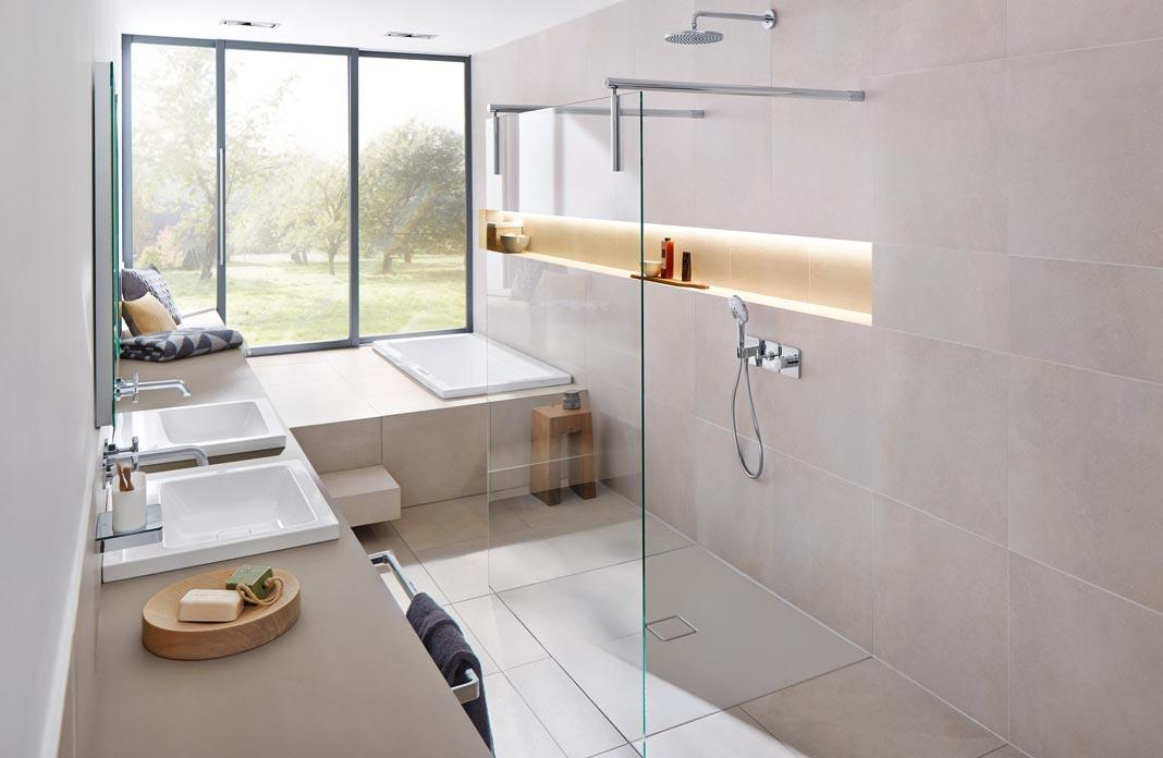 une salle de bains qui regarde la nature styles de bain. Black Bedroom Furniture Sets. Home Design Ideas