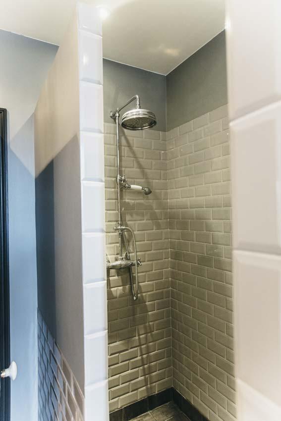 Une salle de bains au charme rétro, l'intérieur de la douche